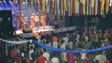 A Banda Axé Music, Zeca do Trombone e Bailarinas agradaram os foliões da primeira noite.  Foto: Tião Prado