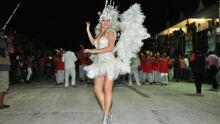 Rainha da bateria da Deixa Falar, com fantasia branca luxuosa. (Fotos: João Garrigó)